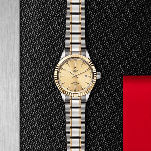 Relógio TUDOR Style com Caixa em aço, 28 mm, luneta em ouro amarelo. Disposição de loja, estendido.