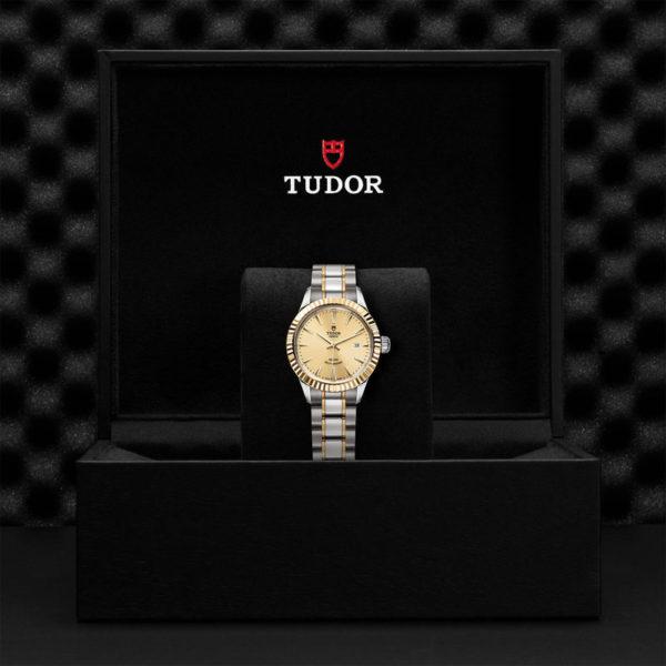 Relógio TUDOR Style com Caixa em aço, 28 mm, luneta em ouro amarelo. Disposição em caixa de marca.