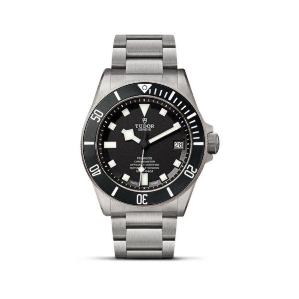 Relógio TUDOR Pelagos com disco preto mate em cerâmica, bracelete em titânio. Disposição vertical, fundo branco.