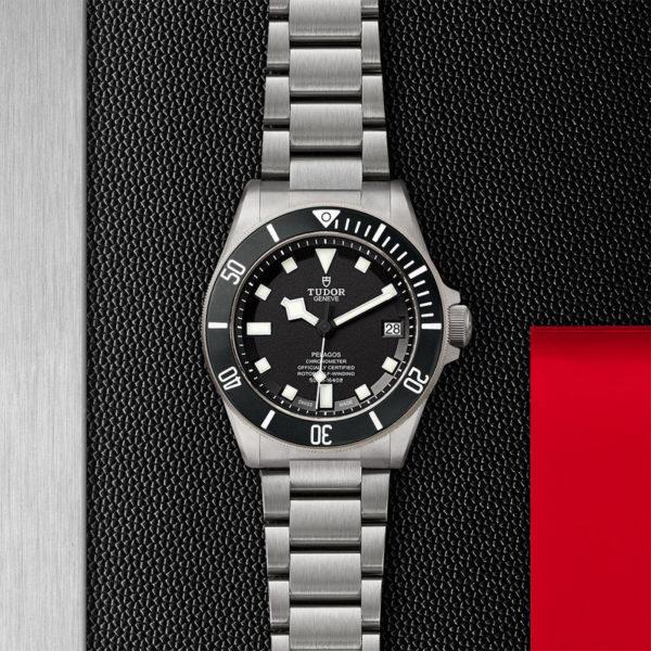 Relógio TUDOR Pelagos com disco preto mate em cerâmica, bracelete em titânio. Disposição de loja, estendido.
