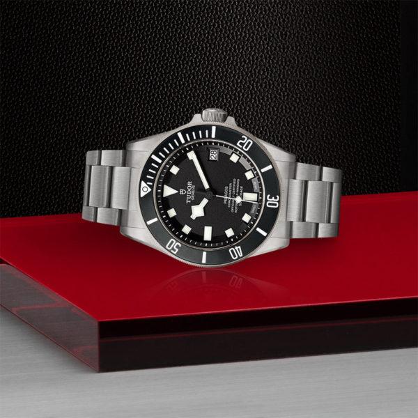 Relógio TUDOR Pelagos com disco preto mate em cerâmica, bracelete em titânio. Disposição de loja, deitado.