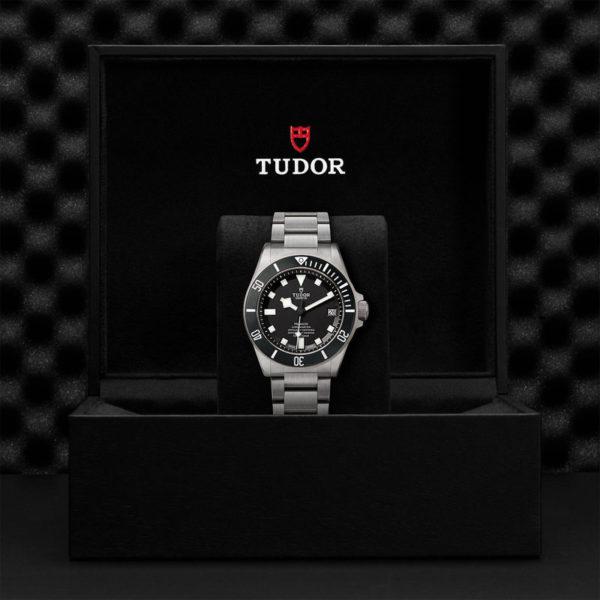 Relógio TUDOR Pelagos com disco preto mate em cerâmica, bracelete em titânio. Disposição em caixa de marca.
