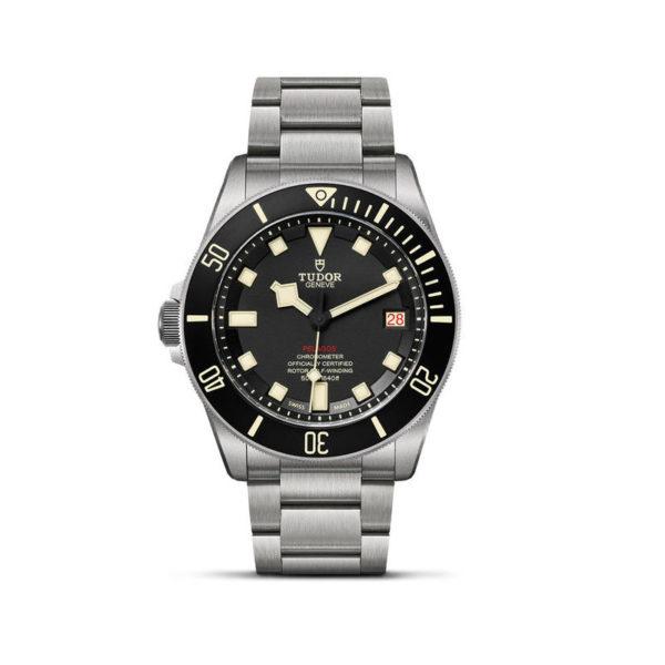 Relógio TUDOR Pelagos LHD com disco preto mate em cerâmica, bracelete em titânio. Disposição vertical, fundo branco.