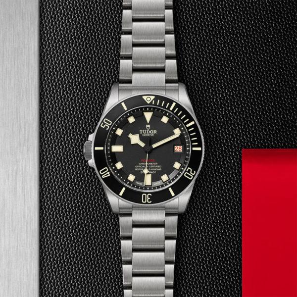 Relógio TUDOR Pelagos LHD com disco preto mate em cerâmica, bracelete em titânio. Disposição de loja, estendido.
