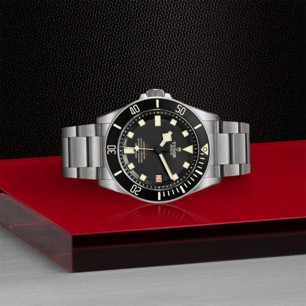 Relógio TUDOR Pelagos LHD com disco preto mate em cerâmica, bracelete em titânio. Disposição de loja, deitado.