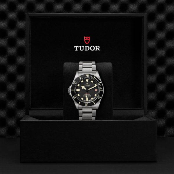 Relógio TUDOR Pelagos LHD com disco preto mate em cerâmica, bracelete em titânio. Disposição em caixa de marca.