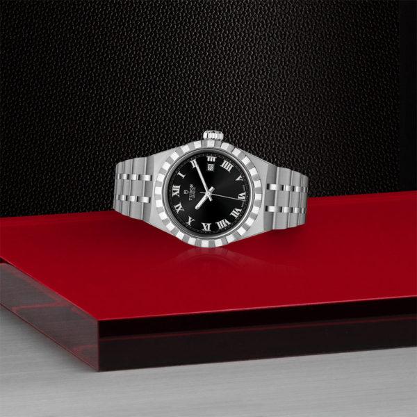 Relógio TUDOR Royal com Caixa em aço, 28 mm, mostrador preto. Disposição de loja, deitado.
