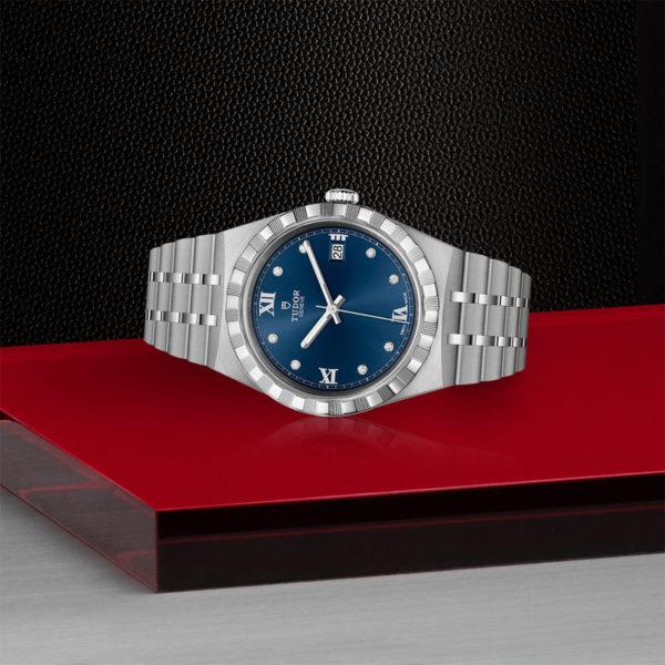 Relógio TUDOR Royal com Caixa em aço, 38 mm, mostrador cravejado de diamantes. Disposição de loja, deitado.