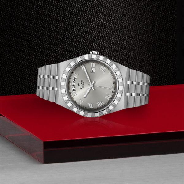 Relógio TUDOR Royal com Caixa em aço, 41 mm, mostrador prateado. Disposição de loja, deitado.