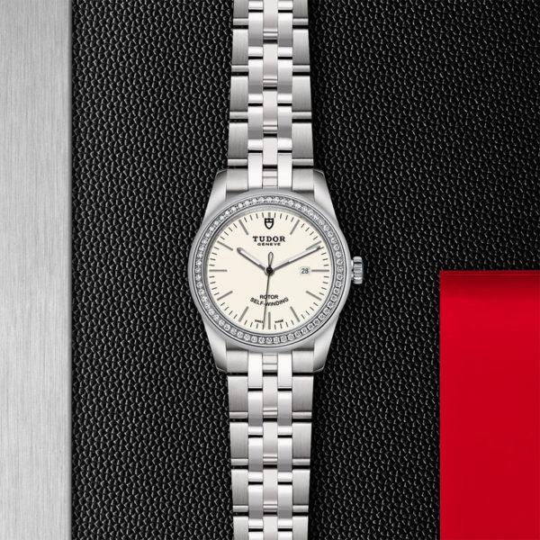 Relógio TUDOR Glamour Date com Caixa em aço, 31 mm, luneta cravejada de diamantes. Disposição de loja, estendido.