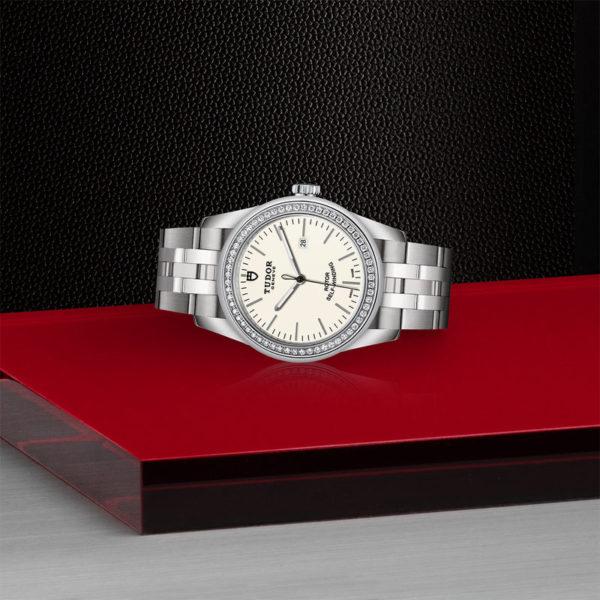 Relógio TUDOR Glamour Date com Caixa em aço, 31 mm, luneta cravejada de diamantes. Disposição de loja, deitado.