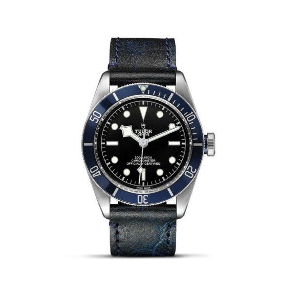 Relógio TUDOR Black Bay com Caixa em aço, 41 mm, bracelete em pele envelhecida. Disposição vertical, fundo branco.