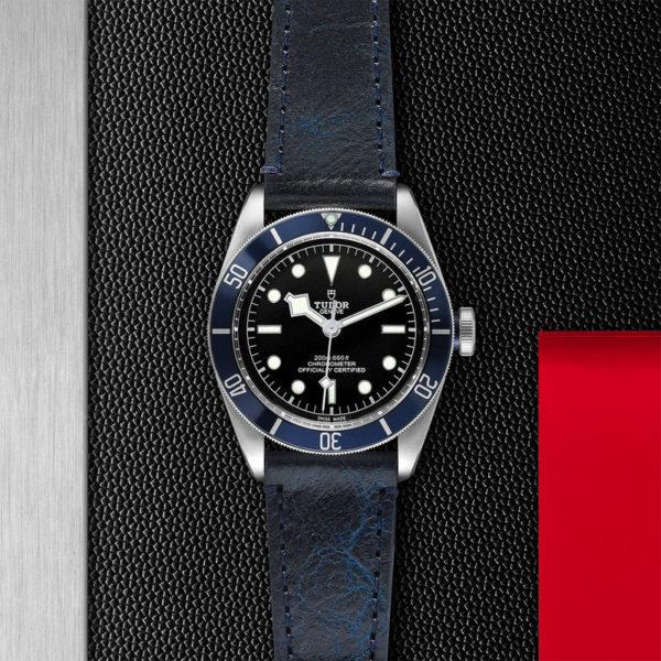 Relógio TUDOR Black Bay com Caixa em aço, 41 mm, bracelete em pele envelhecida. Disposição de loja, estendido.