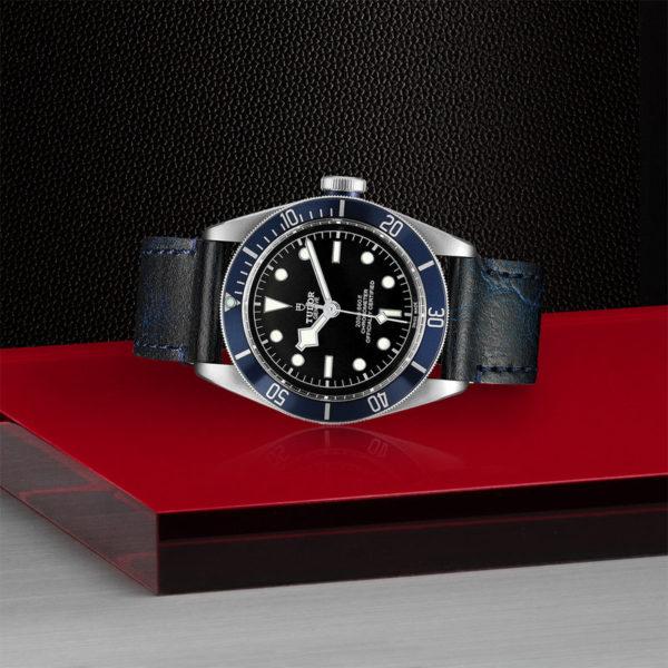 Relógio TUDOR Black Bay com Caixa em aço, 41 mm, bracelete em pele envelhecida. Disposição de loja, deitado.