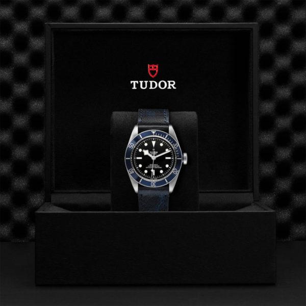 Relógio TUDOR Black Bay com Caixa em aço, 41 mm, bracelete em pele envelhecida. Disposição em caixa de marca.