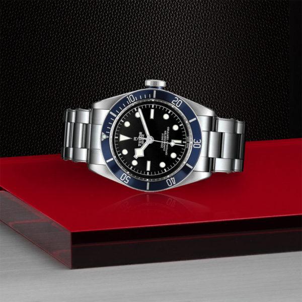 """Relógio TUDOR Black Bay com Caixa em aço, 41 mm, bracelete em aço """"rivet"""". Disposição de loja, deitado."""