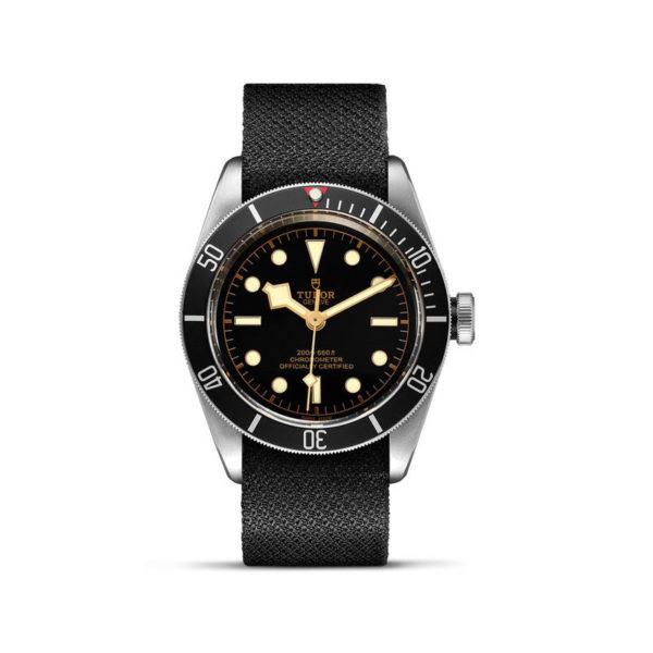 Relógio TUDOR Black Bay com Caixa em aço, 41 mm, bracelete em tecido preto. Disposição vertical, fundo branco.