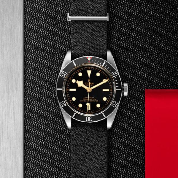 Relógio TUDOR Black Bay com Caixa em aço, 41 mm, bracelete em tecido preto. Disposição de loja, estendido.