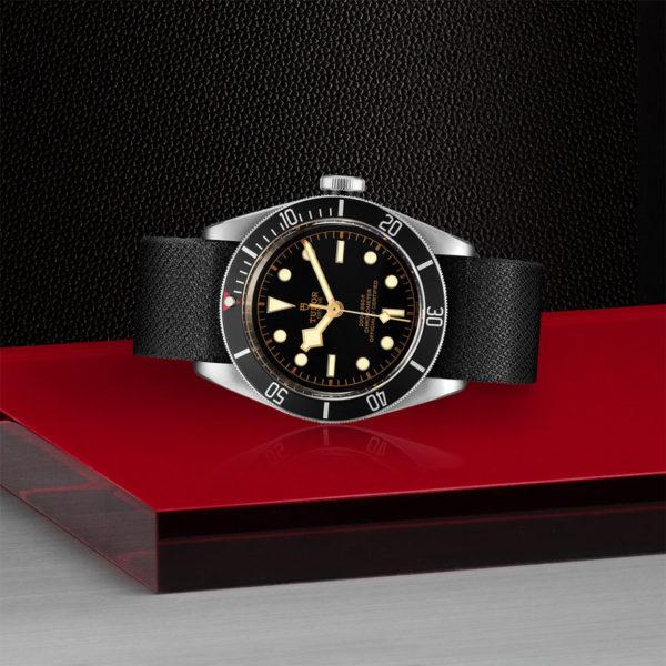 Relógio TUDOR Black Bay com Caixa em aço, 41 mm, bracelete em tecido preto. Disposição de loja, deitado.