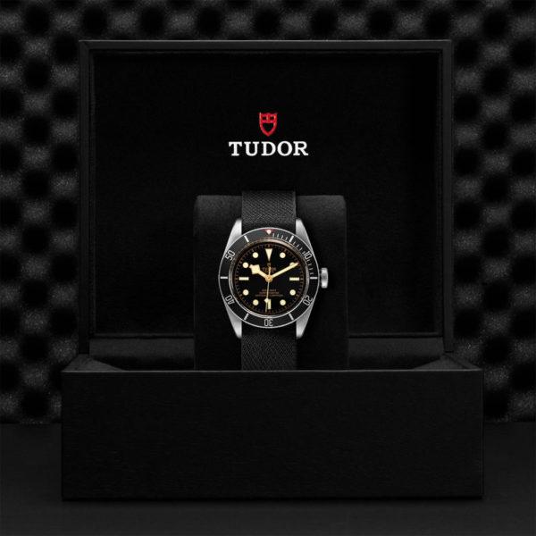 Relógio TUDOR Black Bay com Caixa em aço, 41 mm, bracelete em tecido preto. Disposição em caixa de marca.