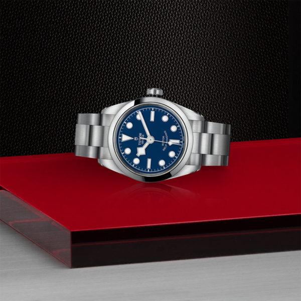 Relógio TUDOR Black Bay 32 com Caixa em aço, 32 mm, bracelete em aço. Disposição de loja, deitado.