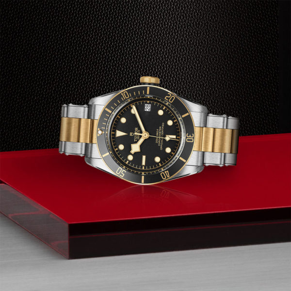 Relógio TUDOR Black Bay S&G com Caixa em aço, 41 mm, bracelete em aço e ouro amarelo. Disposição de loja, deitado.