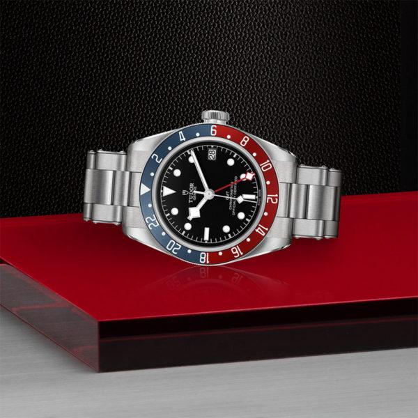 Relógio TUDOR Black Bay GMT com Caixa em aço, 41 mm, bracelete em aço. Disposição de loja, deitado.