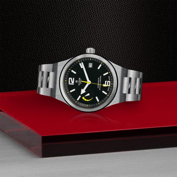 Relógio TUDOR North Flag com Caixa em aço, 40 mm, bracelete em aço. Disposição de loja, deitado.
