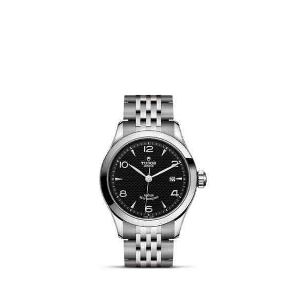 Relógio TUDOR 1926 com Caixa em aço, 28 mm, mostrador preto. Disposição vertical, fundo branco.