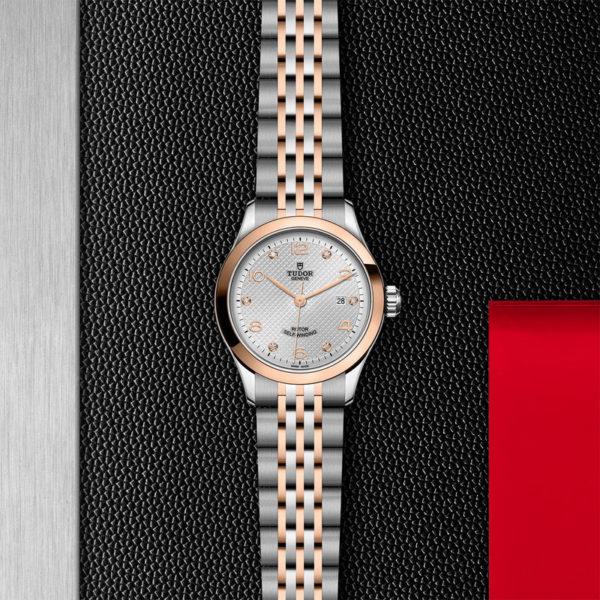 Relógio TUDOR 1926 com Caixa em aço, 28 mm, mostrador cravejado de diamantes. Disposição de loja, estendido.