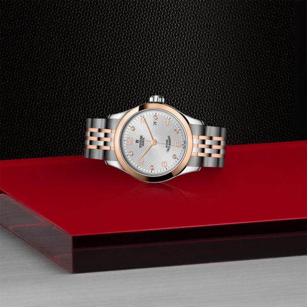 Relógio TUDOR 1926 com Caixa em aço, 28 mm, mostrador cravejado de diamantes. Disposição de loja, deitado.