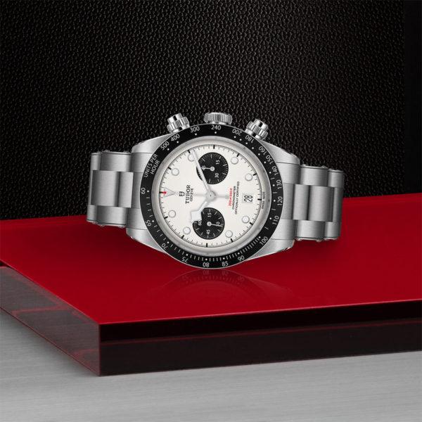 Relógio TUDOR Black Bay Chrono com Caixa em aço, 41 mm, bracelete em aço. Disposição de loja, deitado.