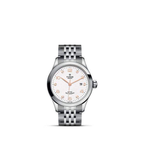 Relógio TUDOR 1926 com Caixa em aço, 28 mm, mostrador branco cravejado de diamantes. Disposição vertical, fundo branco.