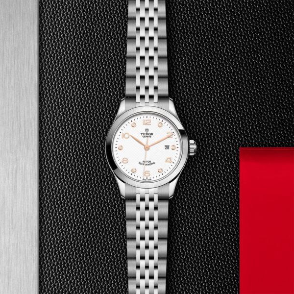 Relógio TUDOR 1926 com Caixa em aço, 28 mm, mostrador branco cravejado de diamantes. Disposição de loja, estendido.