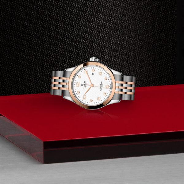 Relógio TUDOR 1926 com Caixa em aço, 28 mm, mostrador branco cravejado de diamantes. Disposição de loja, deitado.