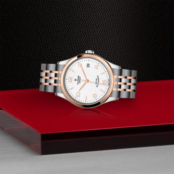 Relógio TUDOR 1926 com Caixa em aço, 36 mm, luneta em ouro rosa. Disposição de loja, deitado.