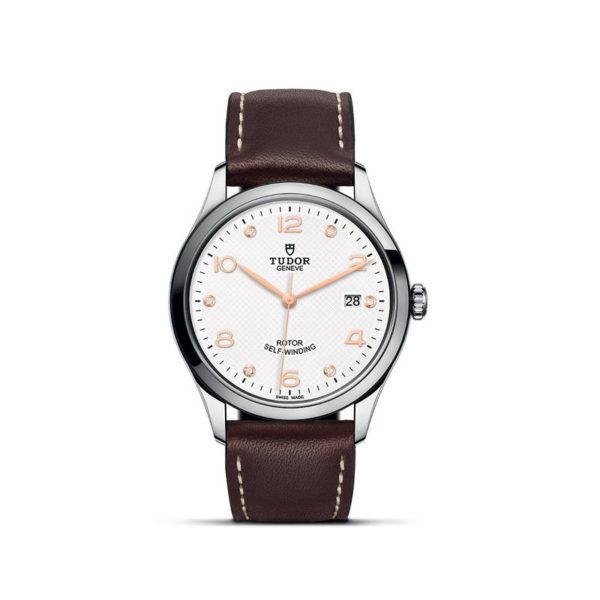 Relógio TUDOR 1926 com Caixa em aço, 39 mm, mostrador branco cravejado de diamantes. Disposição vertical, fundo branco.
