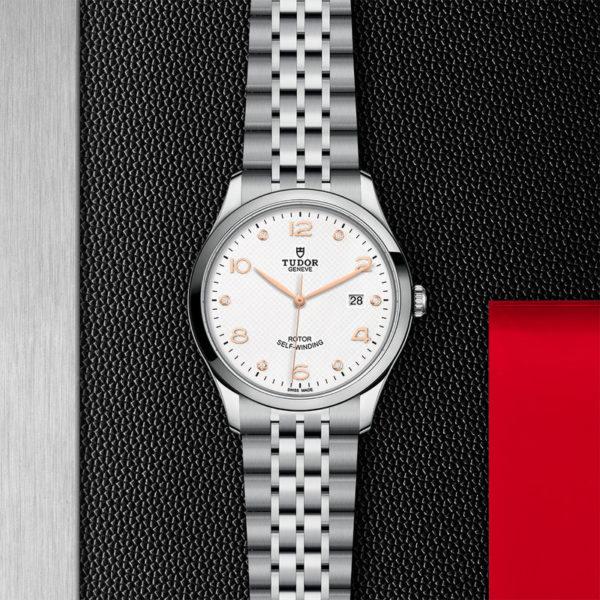 Relógio TUDOR 1926 com Caixa em aço, 41 mm, mostrador branco cravejado de diamantes. Disposição de loja, estendido.