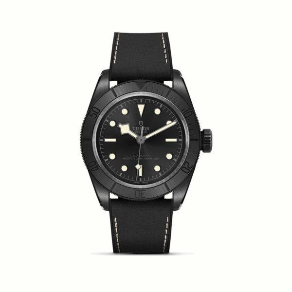 Relógio TUDOR Black Bay Ceramic com Caixa em cerâmica, 41mm, Bracelete em pele preta e borracha. Disposição vertical, fundo branco.