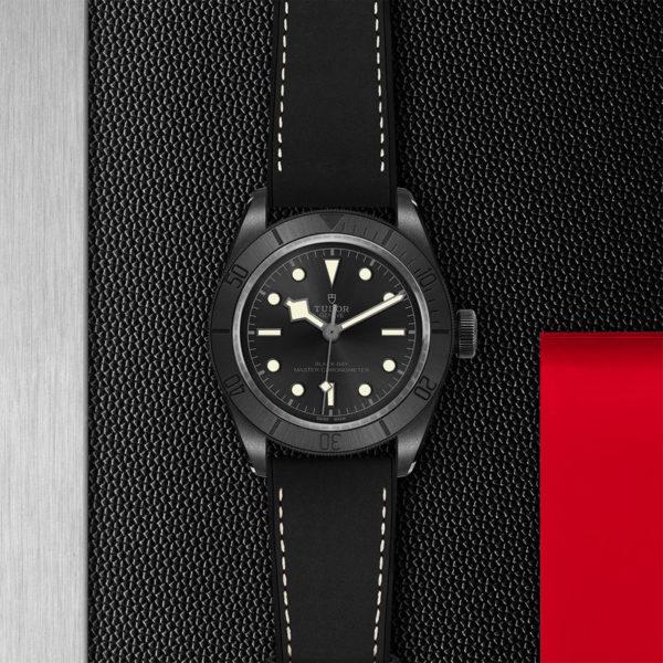 Relógio TUDOR Black Bay Ceramic com Caixa em cerâmica, 41mm, Bracelete em pele preta e borracha. Disposição de loja, estendido.