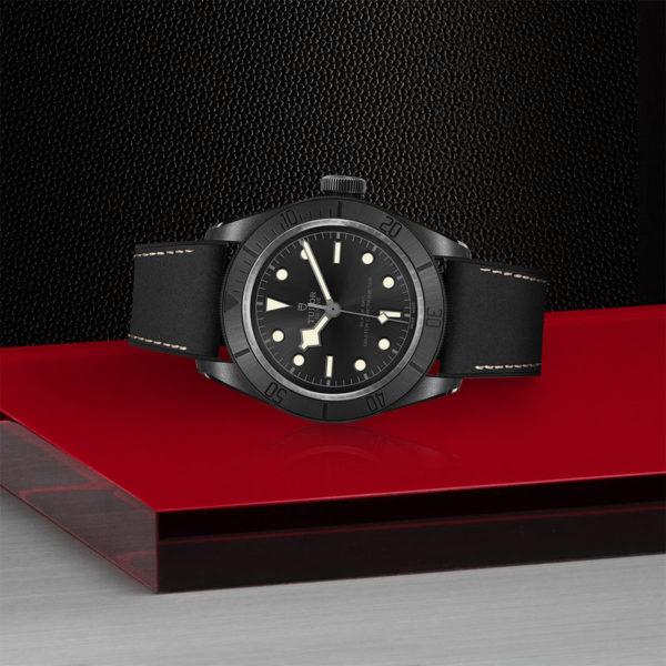 Relógio TUDOR Black Bay Ceramic com Caixa em cerâmica, 41mm, Bracelete em pele preta e borracha. Disposição de loja, deitado.