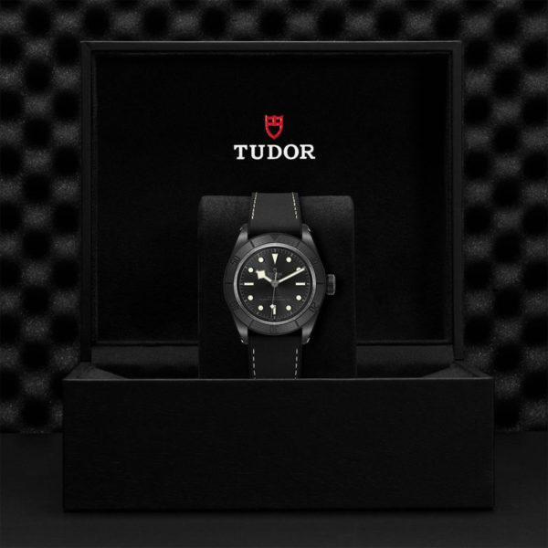 Relógio TUDOR Black Bay Ceramic com Caixa em cerâmica, 41mm, Bracelete em pele preta e borracha. Disposição em caixa de marca.